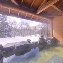 """*露天風呂/冬こそ温泉。自然の息吹を肌で感じながらの湯浴みは""""贅沢""""そのもの。"""