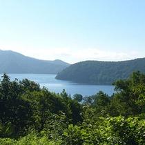 *野尻湖/空と緑を映しこむ水面の景色に、しばし時を忘れます。