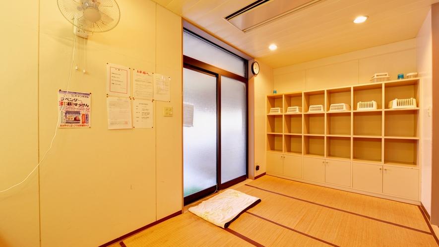 *脱衣処/最低限の設備が整った脱衣スペース。