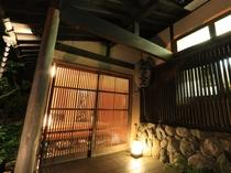 夜の雰囲気ある玄関