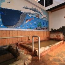 女湯 内風呂 温泉の色はミネラルたっぷりの黄金色です