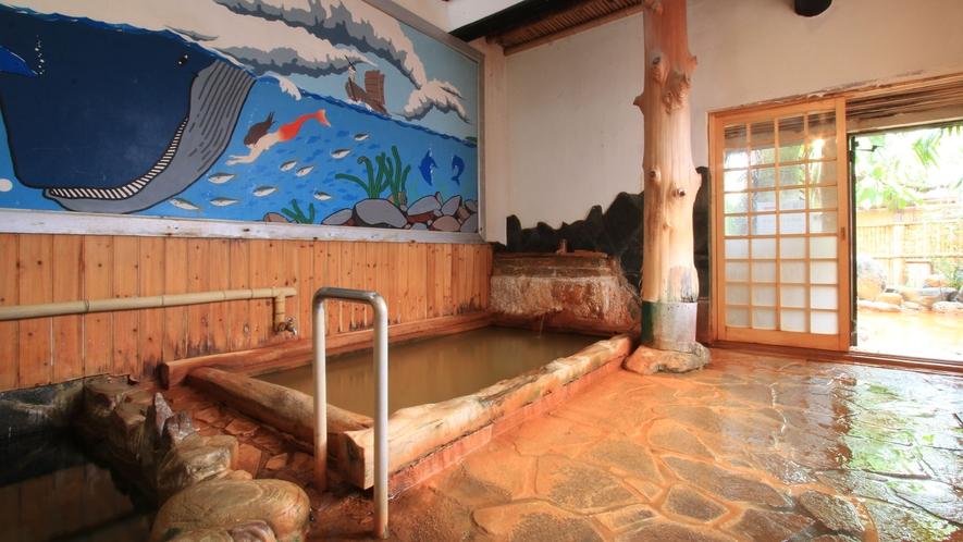 女湯・内風呂 温泉の色はミネラルたっぷりの黄金色です