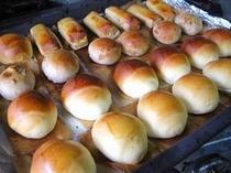 朝食は焼きたてのパンをお届け♪