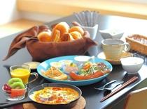 ホカホカの自家製パンや熱々のオムレツ、新鮮地元野菜などの洋食となります。