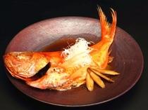秘伝のタレで煮付ける金目鯛は格別!