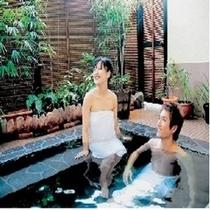 富士山の熔岩を使った露天風呂で貸切