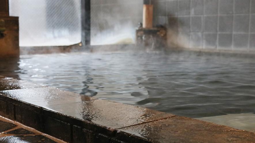 月見の湯-男性用・内湯--熔岩風呂は脂肪を分解し、小じわを少なくする効果があります