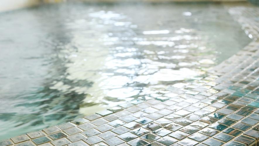星見の湯-女性用・内湯--熔岩風呂は脂肪を分解し、小じわを少なくする効果があります