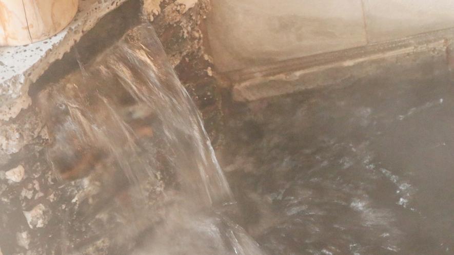 月見の湯-男性用・内湯--熔岩風呂は細胞を活性化し、美容と健康に良いです