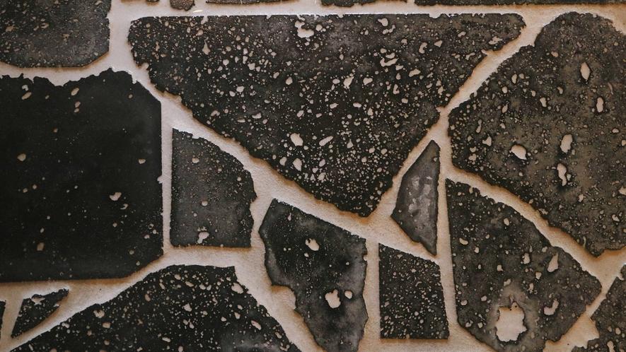月見の湯-男性用・内湯--熔岩風呂は遠赤外線と温泉の相乗効果で、身体の芯まで温まります