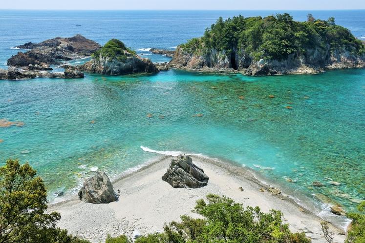 恋人岬の海と夫婦岩