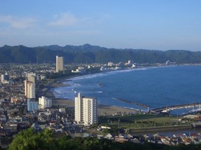 魚見塚展望台より望む前原海岸