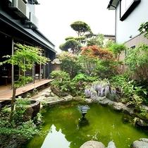 *中庭/お食事は中庭を望む食堂でご用意いたします。