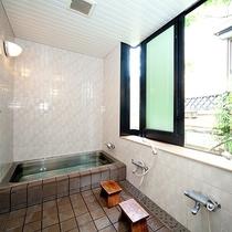 *お風呂/大き目の湯船に浸かって旅の疲れを癒してください。