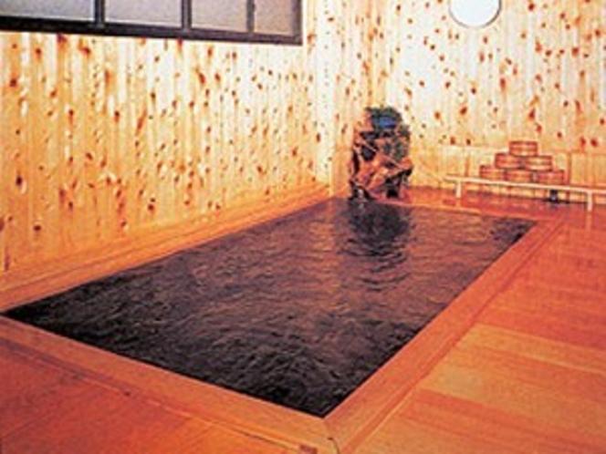 檜の香りと渋温泉独特のお湯の香りが漂う総檜風呂