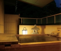■檜露天風呂 (夜の模様)