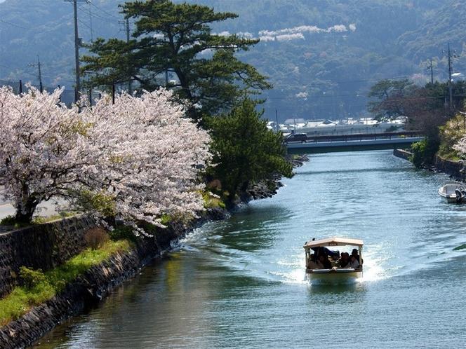 【萩八景遊覧船】萩城跡横の指月橋からスタートし、橋本川をめぐる約40分の遊覧船のコース。(徒歩5分)