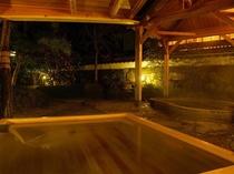 【白壁の湯】白壁を背景に、桜、椿、夏みかんなど季節の花を楽しむ大浴場、露天風呂。