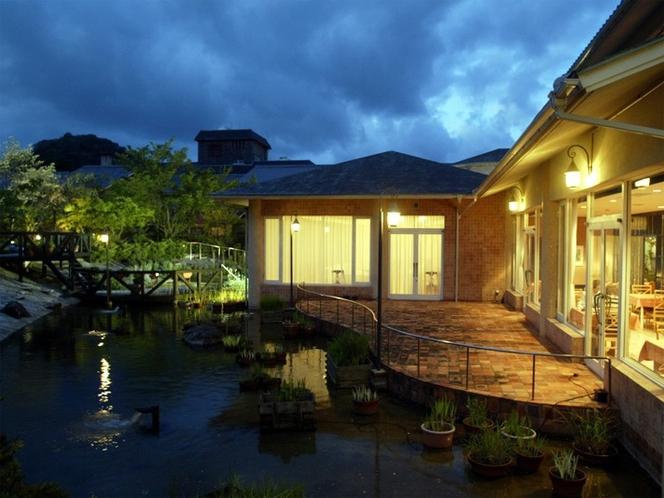 【ガーデン】夜は、昼と違った表情を見せるイングリッシュガーデン。シックな空間が広がります。