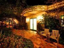 【パティオ】楠にアンティークのレンガが印象的なパティオ。温かみのある空間が広がります。