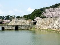 【萩城跡】毛利36万石の居城だった萩城の跡。現在は石垣や藩主ゆかりの茶室などが残る。(徒歩5分)