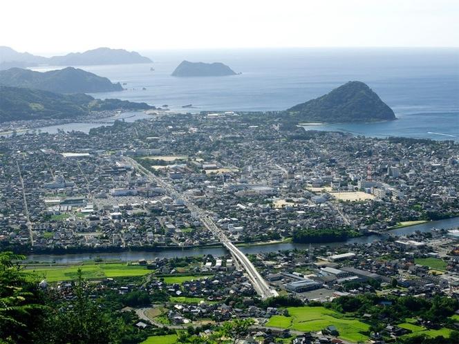 【萩三角州】日本海と松本川、橋本川に挟まれた三角州に出来た城下町「萩」。右奥がお城山「指月山」。