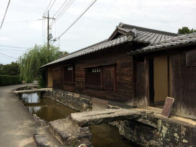 【旧湯川家屋敷】藍場川沿いにある武家屋敷。川の水を土間などに引き込む様式が見られる。(車で15分)