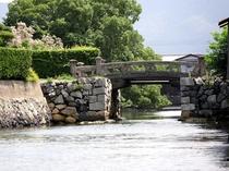 【平安橋】外堀に架かる、ゲルバー桁橋の貴重な石橋。かつてはここに総門の一つがあった。(徒歩10分)