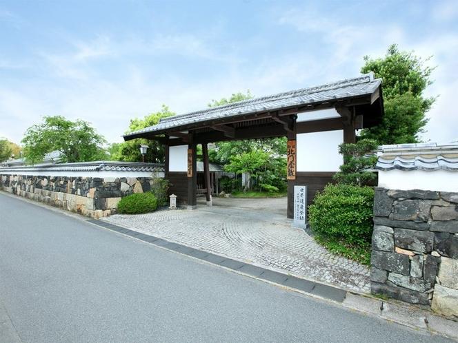【表門】毛利屋敷時代の石垣を今に残す表門。萩らしい情緒が広がります。