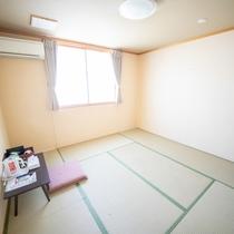 本館客室は「和室6畳」「8畳」「洋室」「和洋室」4タイプ。完全貸切の「別館」「古民家改装別館」も人気