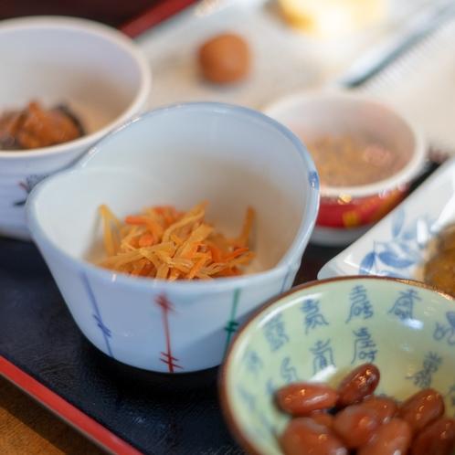 朝食はいろいろなおかずを少しずつご用意。おひつのご飯は食べ放題で朝から元気に