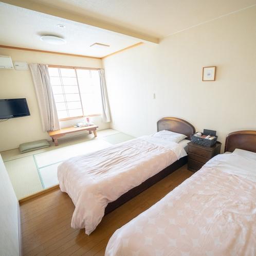 【和洋室】5名様まで宿泊可能なお部屋。TV、冷蔵庫、ポットやタオル、浴衣などのアメニティをご用意