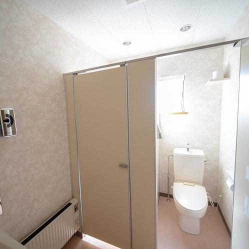 【共用洗面所】男女別にトイレをご用意しております。専用トイレ付客室ご希望者は和洋室でのご予約をどうぞ