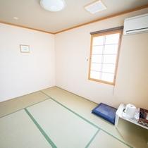【和室6畳】2名様まで宿泊可能なお部屋。TV、冷蔵庫、ポットやタオル、浴衣などのアメニティをご用意