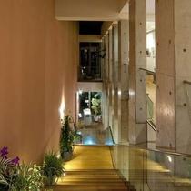 階段を下りるとレストラン会場へ