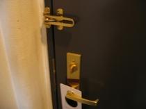 客室ドアはオートロックです。