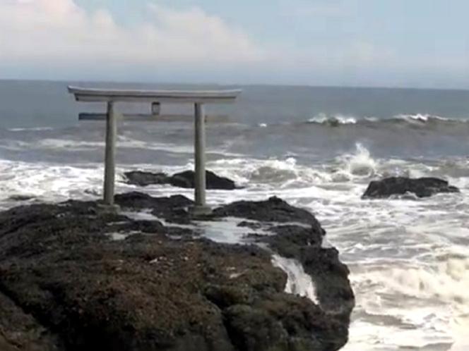 大洗海岸の岩礁に立つ「神磯(かみいそ)の鳥居」