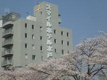 ホテル外観(春)