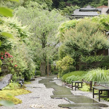 石畳を歩き庭園を楽しむ