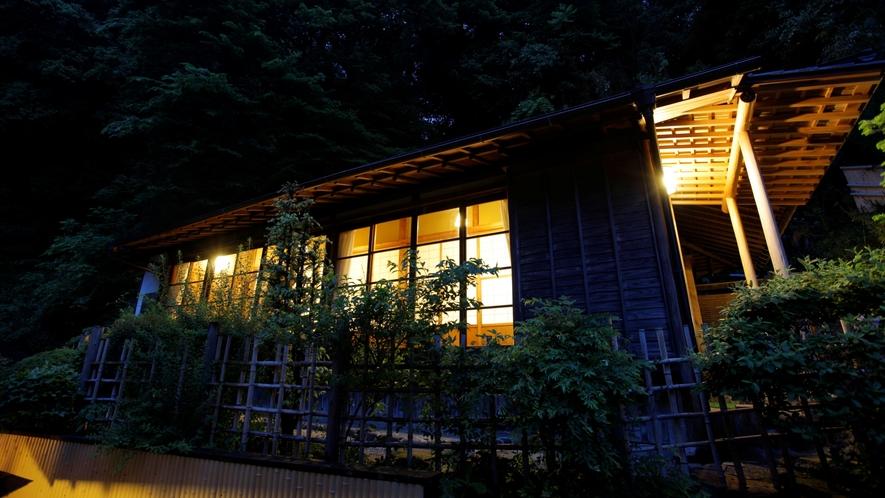 客室:山荘(外観・夜)