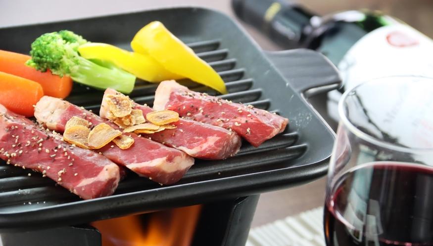 【夕食】季節の陶板焼き。こだわりの手づくり料理です。
