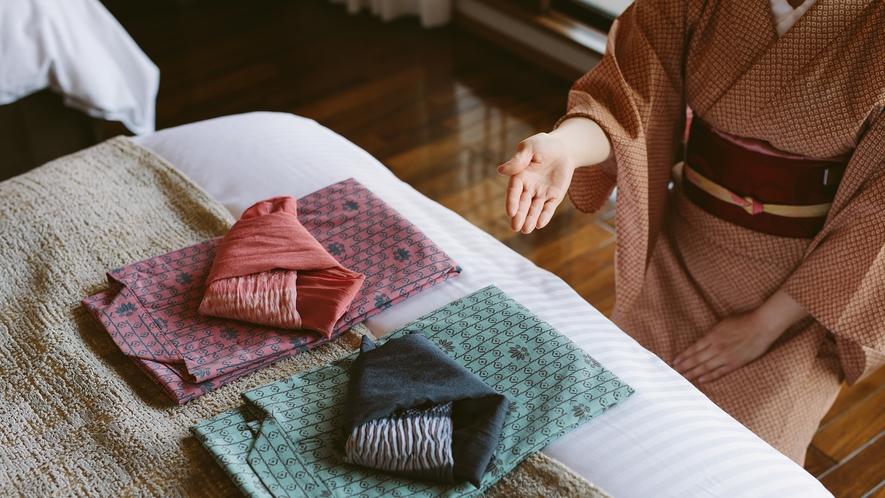 夕朝2枚の浴衣とご就寝用のパジャマをご用意。枕は羽根・そばがら・テンピュールよりお選びいただけます。