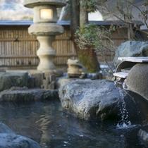【大浴場併設 野天風呂】掛け流しの湯と自然美をご堪能下さい。
