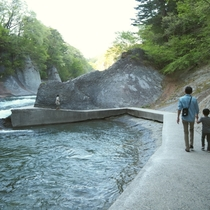 【吹割の滝】遊歩道※手すり等がほとんどありませんので、見学の際はご注意ください