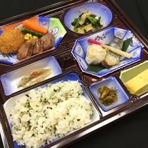 【お肉付夕食お弁当】(館内のお客様専用レンジでいつでも温かくお召し上がりいただけます)