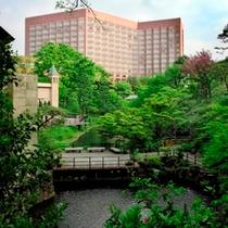 四季折々に美しい庭園からのホテル外観