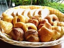 大好評!焼きたてパンは毎朝6:30〜9:00までの無料サービスとなっております。