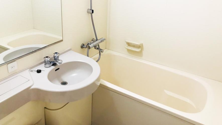 ゆったりとした浴槽と洗面台