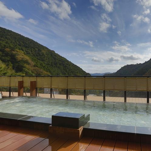 【展望露天風呂「大空」】2018年12月、2つの浴槽と床板を一新