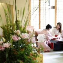 【2階ロビー】女将が生けた四季折々の花がお迎えいたします。